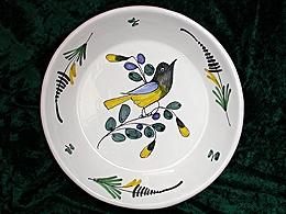 B/  Assiette calotte à l'oiseau noir et jaune