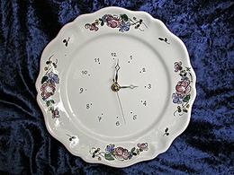 A/  Pendule assiette, décor de roses