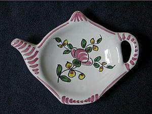 Repose-thé en forme de petite théière, motif renoncule/ pois