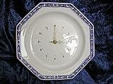 A/  Pendule assiette octogonale, décor camaïeu bleu